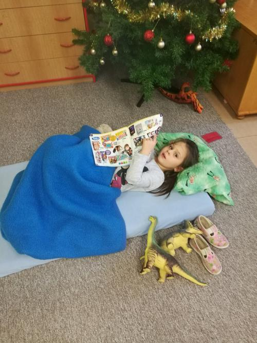 Odpočinek sknihou apárem dinosaurů